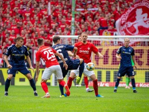 Aufruf der Kapitäne vor der Partie des SV Waldhof vs. 1. FC Kaiserslautern