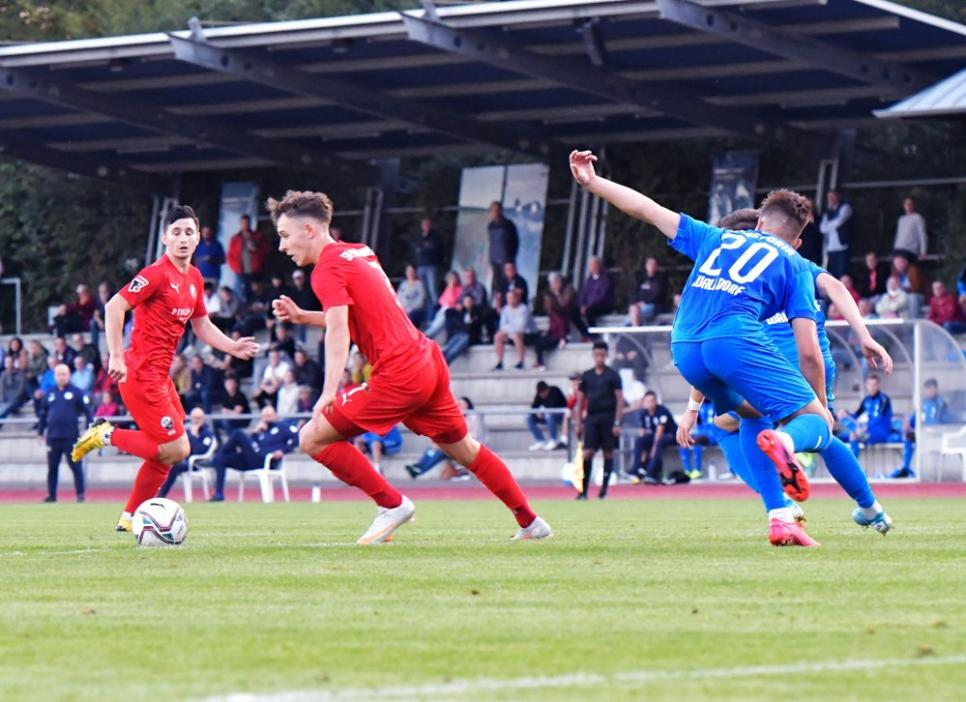 Spielszene aus FC Astoria Walldorf II (blau) vs. SV Sandhausen II (rot). 7 Robin Mörmann SVS II am Ball.